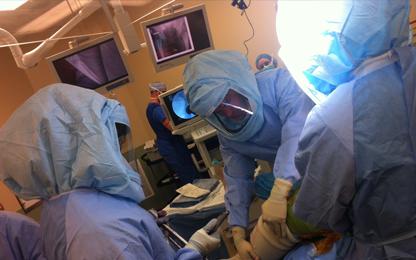 Hans Schuller tijdens operatie